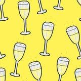Weihnachtsnahtloses Muster von Hand gezeichnet Ein Glas Champagner auf einem gelben Hintergrund Gl?ckliches neues Jahr vektor abbildung