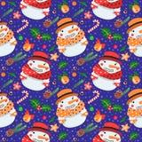 Weihnachtsnahtloses Vektormuster mit Schneemännern im Hut und im Schal Lizenzfreies Stockfoto