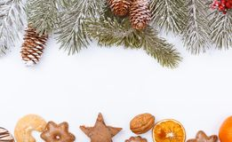 Weihnachtsnatur und -Lebensmittel gestalten Grenze auf Weiß Stockfotos