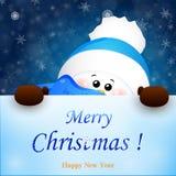 Weihnachtsnette Schneemannfelle hinter dem Zeichen Der kleine Junge unzufrieden gemacht Lizenzfreie Stockbilder