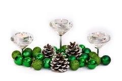 Weihnachtsneues Jahr-Dekoration mit Cadnles-Grün-Bällen und Kegeln auf Weiß Lizenzfreie Stockfotos