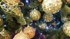 Weihnachtsneues Jahr-Weihnachten spielt Weihnachtsbaum, Weihnachtsbälle stock footage