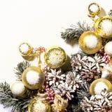 Weihnachtsneues Jahr-Zusammensetzung mit Ball-Tannenzapfen-Weiß Backgr Stockfotos
