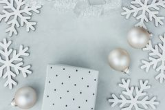 Weihnachtsneues Jahr-Zusammensetzungs-Schnee-Flocken-Flitter-Geschenkbox-weißes Silber gekräuseltes Band auf Gray Stone Backgroun Lizenzfreie Stockbilder