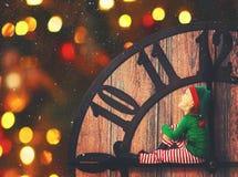 Weihnachtsniederlassung und -glocken Kleine Elfe an nach rechts stockfoto
