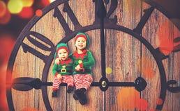 Weihnachtsniederlassung und -glocken Kleiner Helfer der Elfe zwei von Sankt Lizenzfreies Stockfoto