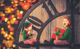 Weihnachtsniederlassung und -glocken Kleiner Helfer der Elfe zwei von Sankt Lizenzfreie Stockfotos