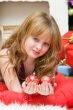 Weihnachtsniederlassung und -glocken Schönes blondes Mädchen mit Bereichen eines der neuen Jahre Glases Stockfoto