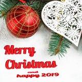 Weihnachtsniederlassungen eines Baums des neuen Jahres, Draufsicht der roten Weihnachtsdekorationen, flache Lage Frohe Weihnachte lizenzfreie stockfotografie