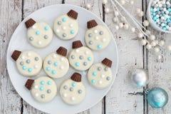 Weihnachtsobenliegende Szene der weißen Schokoladenverzierungs-Plätzchen lizenzfreie stockbilder