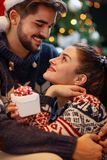 Weihnachtspaare, die in den Feiertagen genießen Stockfoto