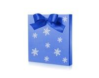 Weihnachtspaket mit dem blauen Band lokalisiert auf weißem Hintergrund Lizenzfreies Stockbild