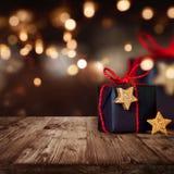 Weihnachtspaket mit festlichem Hintergrund Stockfoto