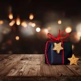Weihnachtspaket mit festlichem Hintergrund Lizenzfreie Stockfotos