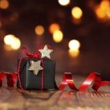 Weihnachtspaket mit rotem Band Stockbilder