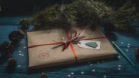 Weihnachtspaket mit Weinlesedesign Lizenzfreie Stockfotos