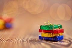 Weihnachtspaket und -hintergrund bokeh Lichter Lizenzfreie Stockbilder