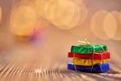 Weihnachtspaket und -hintergrund bokeh Lichter Stockfotos
