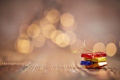 Weihnachtspaket und -hintergrund bokeh Lichter Lizenzfreies Stockfoto