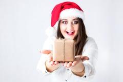 Weihnachtspakete - aanwezige Kerstmis Mooie vrouw plus grootte in Santa Claus-hoed royalty-vrije stock afbeeldingen