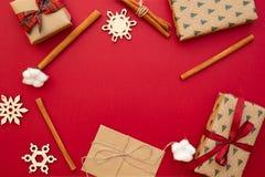 Weihnachtspakete - cadeau de Noël Cadeaux emballés en papier de métier, flocons de neige décoratifs, ficelle, bâtons de cannelle  image libre de droits