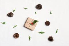 Weihnachtspakete - regalo di Natale La mano ha elaborato il regalo di natale sulla tavola Fotografia Stock Libera da Diritti