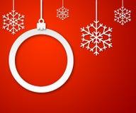 Weihnachtspapierball auf rotem Hintergrund 3 Stockfotografie