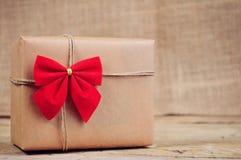 Weihnachtspapierkasten auf Holzoberfläche Lizenzfreies Stockfoto