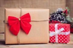 Weihnachtspapierkasten mit Dekoration auf Holzoberfläche Stockfotos