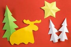 Weihnachtspapierzahlen gemacht von den Kindern, auf rotem Papierblatt Stockbilder