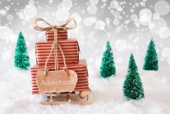 Weihnachtspferdeschlitten auf weißem Hintergrund, Adventszeit bedeutet Advent Season Stockfoto