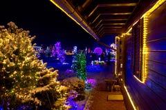 Weihnachtsphantasie - hölzernes Haus in den Leuchten Lizenzfreie Stockfotos