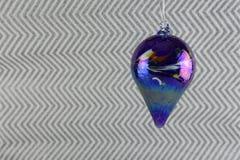 Weihnachtsphotographiebild-Weihnachtsdekoration, die oben vom blauen Glasflitter mit silbernem Funkelnpackpapierhintergrund hängt stockfotos