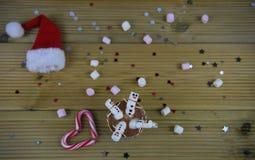Weihnachtsphotographielebensmittel und Getränkbild mit Schale der heißen Schokolade und Minieibischen formten als glücklicher Sch stockfotos