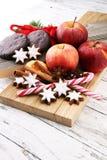 Weihnachtsplätzchen, -äpfel, -lebkuchen und -gewürz auf weißem backgr Stockfotos