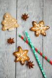 Weihnachtsplätzchen auf dem hölzernen Hintergrund Stockbild