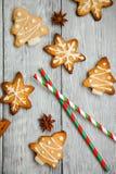 Weihnachtsplätzchen auf dem hölzernen Hintergrund Lizenzfreies Stockfoto