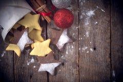 Weihnachtsplätzchen auf hölzernem Hintergrund Stockfotos