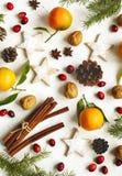Weihnachtsplätzchen, -dekoration und -geschenke auf weißem Hintergrund Stockfotografie