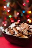 Weihnachtsplätzchen in der braunen Schüssel Lizenzfreies Stockfoto