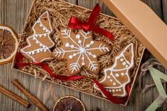 Weihnachtsplätzchen in einem Kasten auf einem Holztisch Stockfoto
