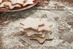 Weihnachtsplätzchen in Form des Sternes mit Mehl und Butter Lizenzfreie Stockbilder