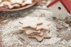 Weihnachtsplätzchen in Form des Sternes mit Mehl und Butter Stockfoto