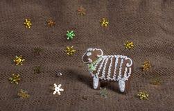 Weihnachtsplätzchen in Form eines Schafs auf einem gestrickten woolen KNI Lizenzfreies Stockfoto