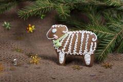 Weihnachtsplätzchen in Form eines Schafs auf einem gestrickten woolen KNI Stockfotografie