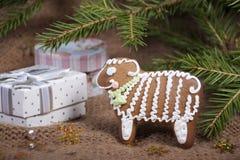 Weihnachtsplätzchen in Form eines Schafs auf einem gestrickten woolen KNI Stockbilder