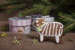 Weihnachtsplätzchen in Form eines Schafs auf einem gestrickten woolen KNI Lizenzfreie Stockfotos