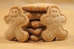 Weihnachtsplätzchen gemacht von den natürlichen Bestandteilen in der traditionellen Form des Ingwermannes lizenzfreie stockbilder
