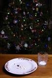 Weihnachtsplätzchen-Krumen durch Weihnachtsbaum Stockfotografie