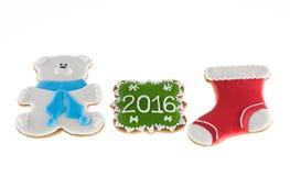 Weihnachtsplätzchen 2016 mit Bären und rotem Stiefel auf weißem Hintergrund Stockfotografie